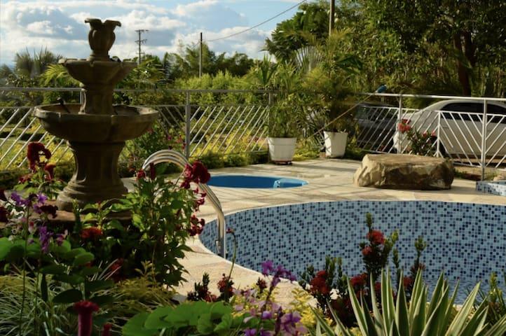 Casa con piscina y hermosas zonas verdes