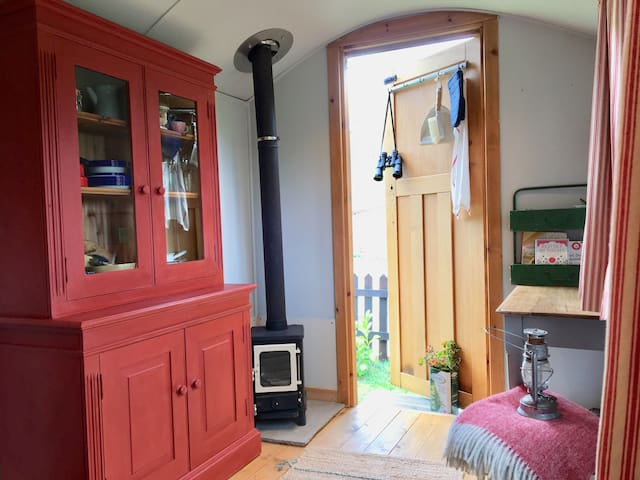 Cosy Shepherds Hut, 5 mins Bath, with breakfast