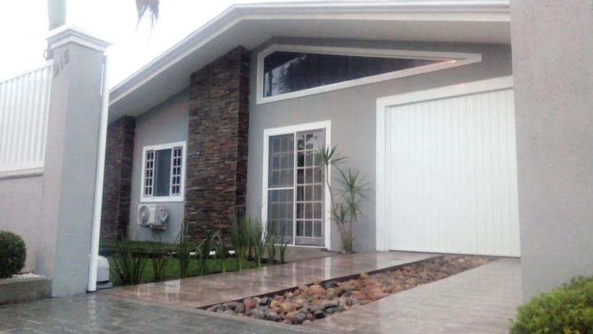 Aluga-se casa alto padrão para temporada