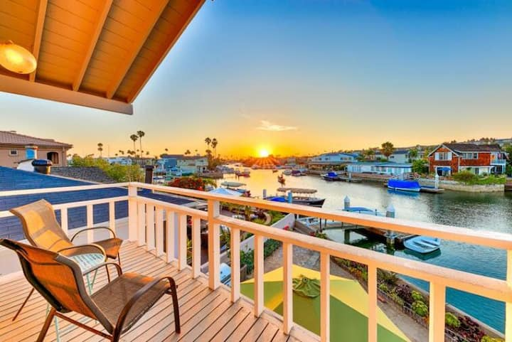 25% OFF DEC - Waterfront Vacation Home, Private Dock + Walk to Beach!