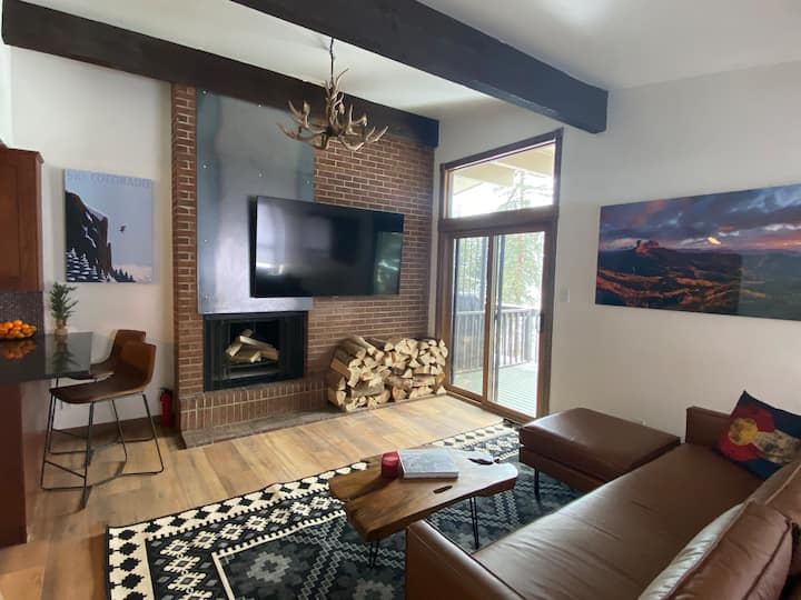 New Vail mountain cabin! Fireplace, Deck & HugeTV!