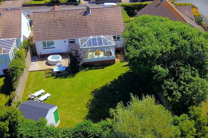 CROYDE SANDY BAY | 4 Bedroom Bungalow | Dog Friendly | Hot Tub hire available