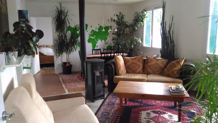 Chambre dans petite maison avec jardin