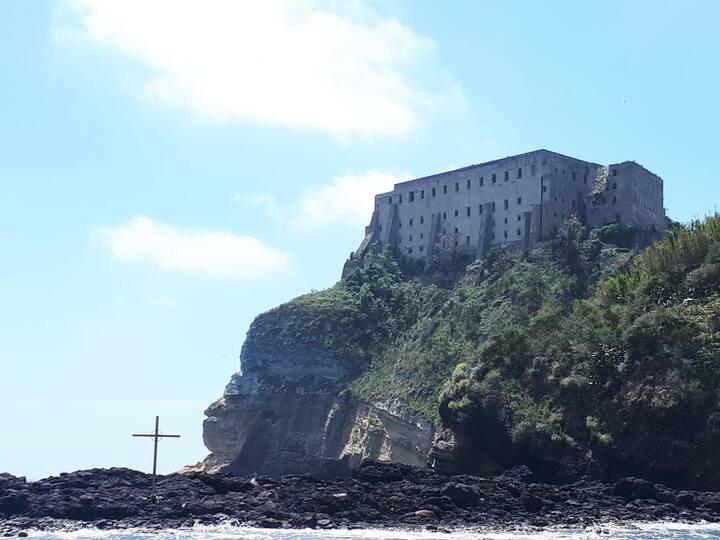 il carcere e la croce visti dal mare