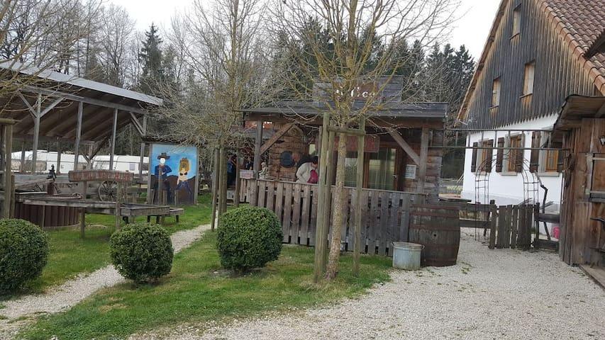 TipiHof Sauldorf (Sauldorf), Hütten