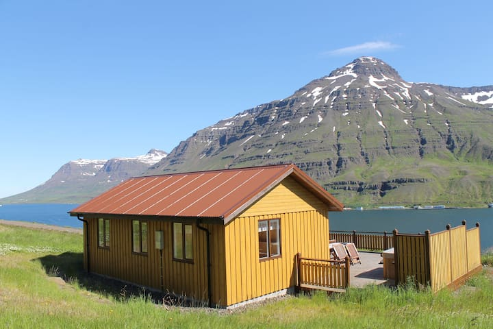 COTTAGE WITH HOT TUBE ON THE FIORD