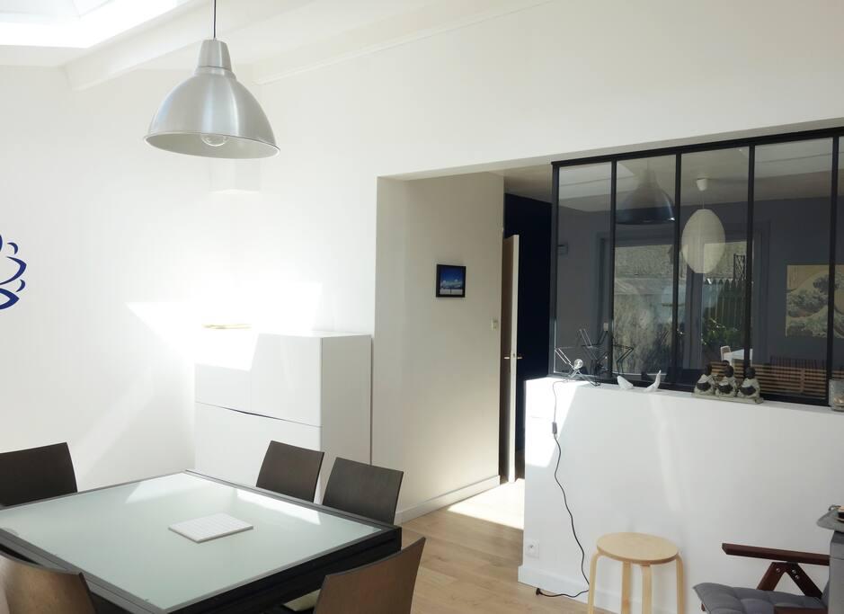 salle à manger lumineuse et design