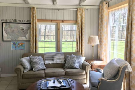 The Loft, cute & cozy spring retreat near I 94