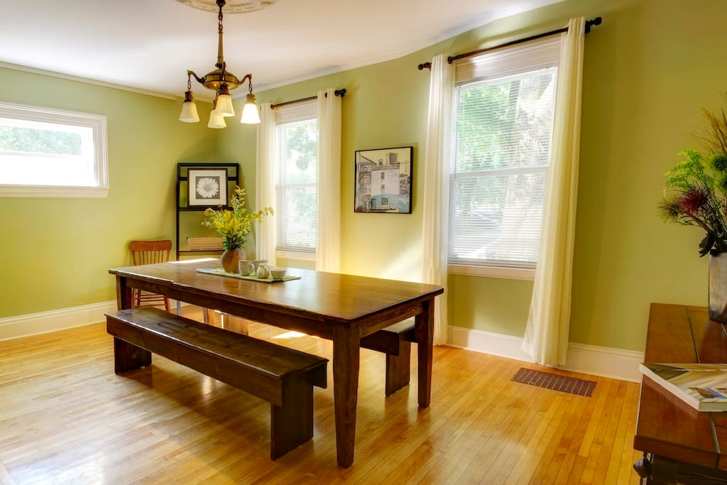 Dining room with ample space and seating
