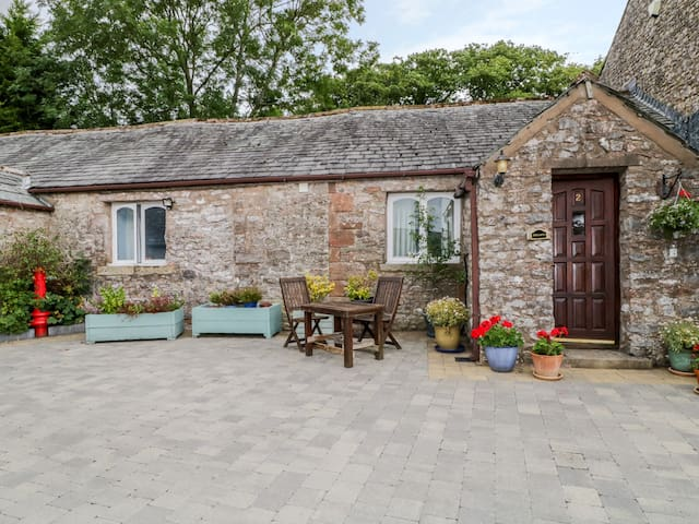 ROSEGARTH COTTAGE, romantic, with a garden in Newby, Ref 972244
