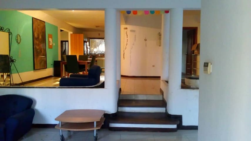 Areas comunes, sala, comedor y cocina al fondo