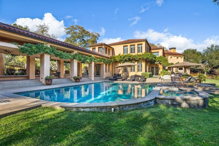 Wine Country Villa and Vineyard with Pool & Hot Tub