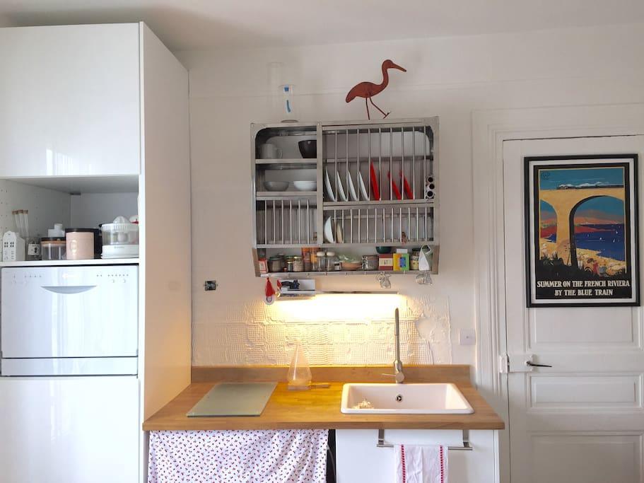 Cuisine équipée : frigo-plaques-lave-vaisselle-lave-linge