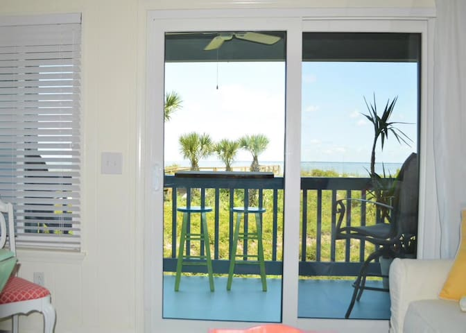 Mar/Apr slashed price/Direct beachfront view/pool