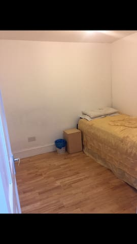 CHEAP & TIDY: near Stratford (Ground floor room)