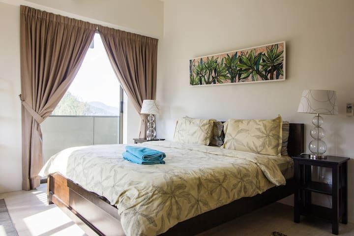 King size bed in master bedroom Sliding glass door to the balcony overlooking the ocean
