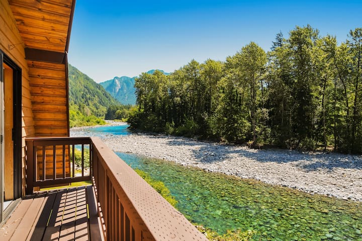 Lovely dog-friendly home on banks of the Skykomish river w/mountain views!