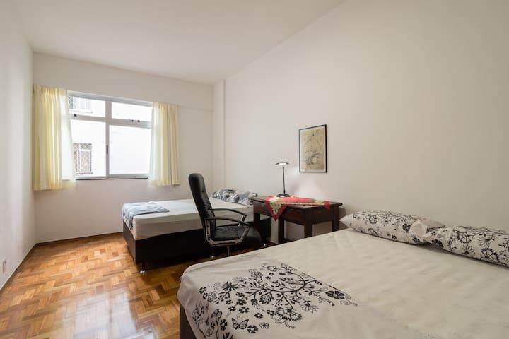 Todos os cômodos com muita luz e ótima ventilação.