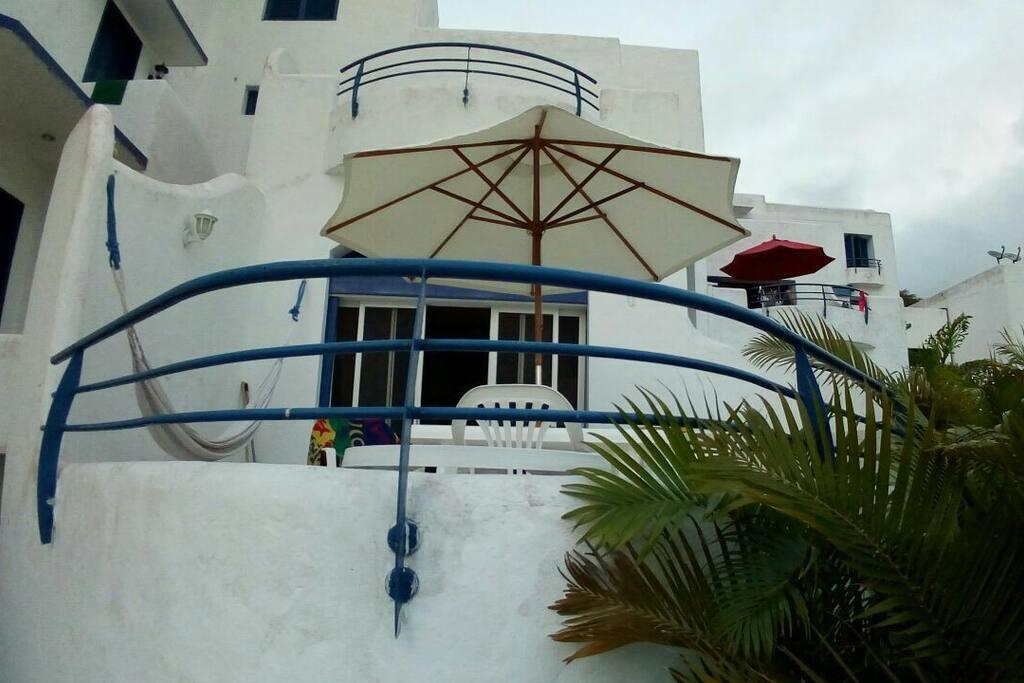 Balcón con hamaca y dos mesas con sillas, disfruta tambien de bbq en esta zona