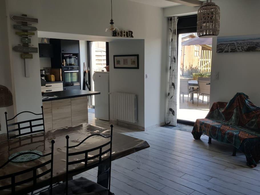 Pièce à vivre ouverte sur la cuisine et donnant sur terrasse