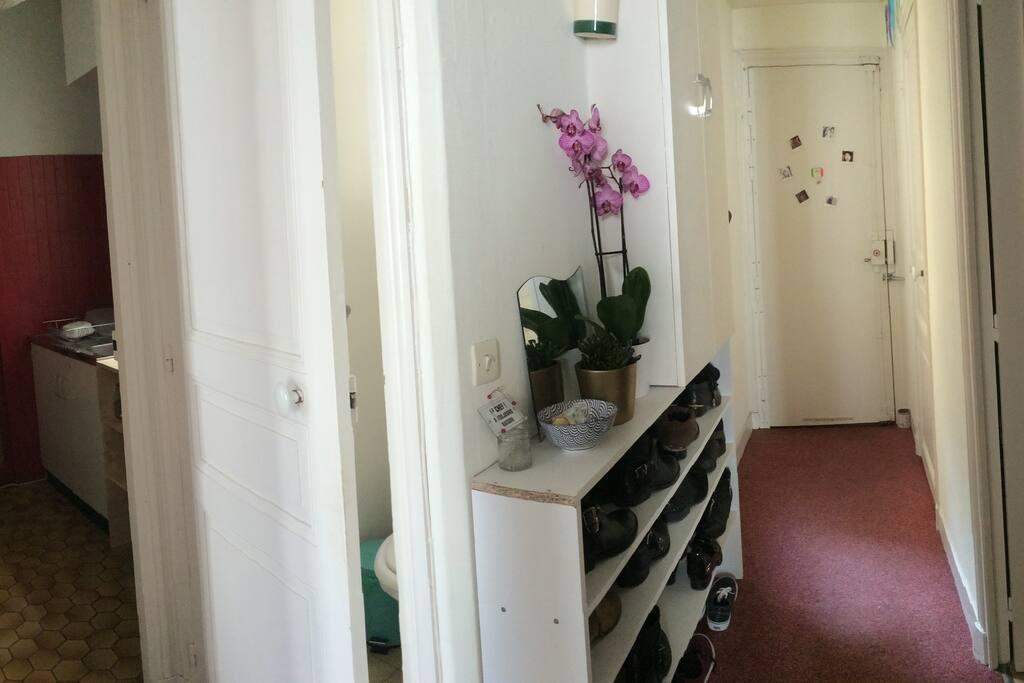 Couloir d'entrée donnant accès au dressing, salle de bain, toilettes, cuisine et chambres