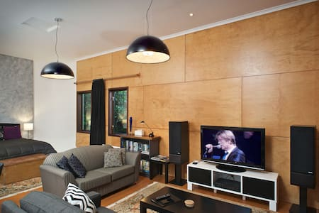 Studio Lux: 5min to City, WiFi, Hi Fi, Chromecast