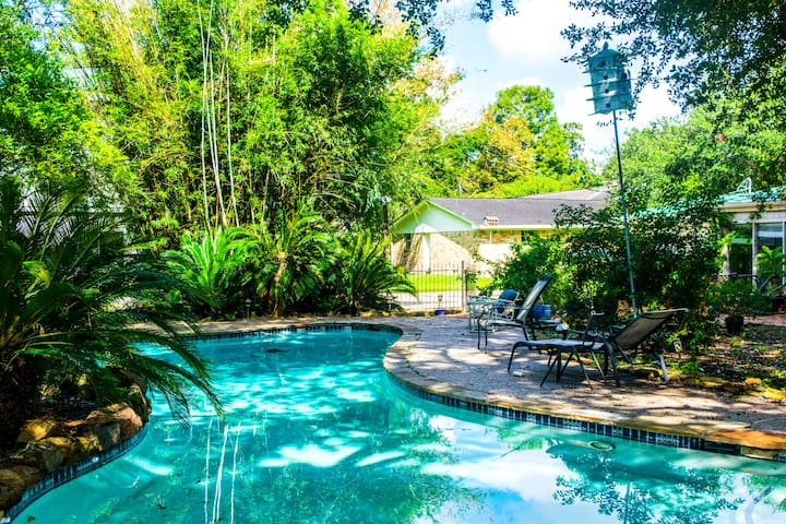 Pearland Paradise with Serene Garden Pool - Pearland