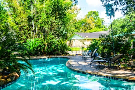 Pearland Paradise with Serene Garden Pool - Pearland - Guesthouse