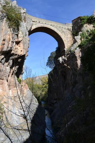 """Puente de """"La Madre de Dios"""" de veintidós metros de altura de belleza espectacular."""