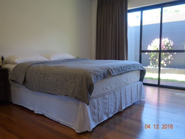 Approx 800 metres from the beach - Wembley Downs - Talo
