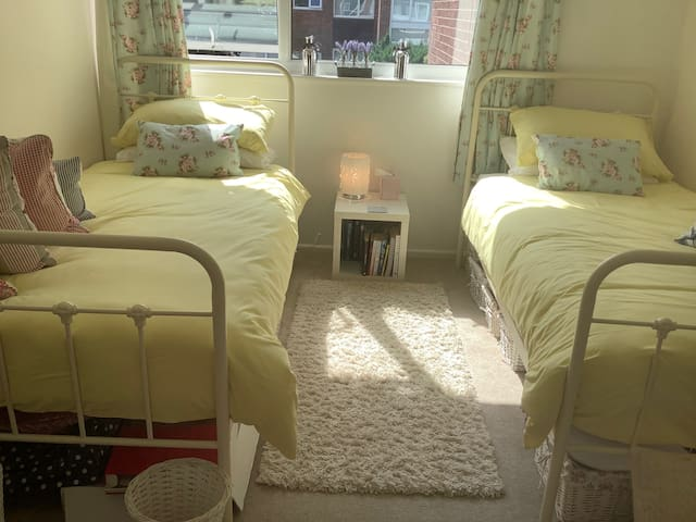 Friendly host, lovely twin room in Wilmslow
