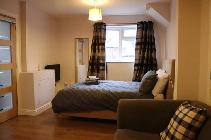 Cosy double bedroom ensuite with private kitchen