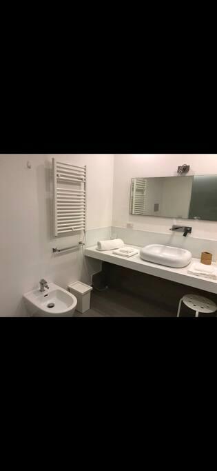 Un bagno che Vi farà sentire a casa e rendere piacevoli le vostre docce nell'ampio box doccia !!