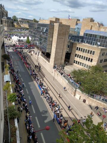La Parade des Pilotes défile le jeudi de la semaine des 24h du Mans Auto.  Vue de la terrasse avec la cathédrale Saint Julien en fond.
