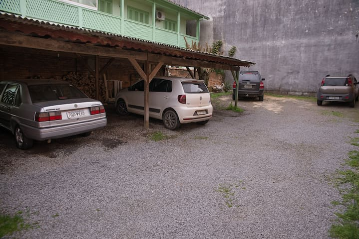 Estacionamento do nosso apartamento, deixa o carro no centro de Gramado e passei pelas lojas e belezas tranquilos!