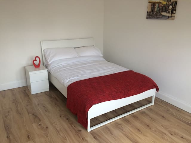 Large Ground Floor Room  - Close to Heathrow - Hounslow - Haus