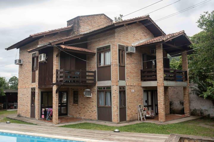 Quarto privativo em Hostel com piscina