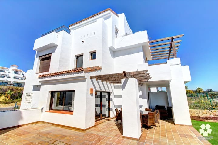 A huge 4 bedroom property - walk to the beach. - La Alcaidesa - Hus