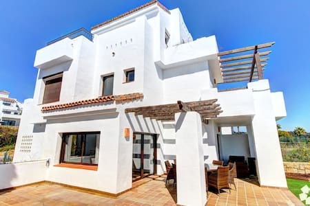 A huge 4 bedroom property - walk to the beach. - La Alcaidesa - Casa