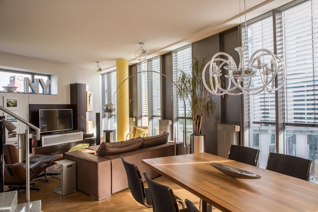 Blick auf die andere Seite des Wohnbereiches mit Designermöbeln und großem Flatscreen