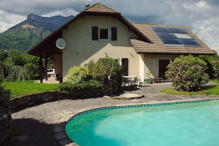 Maison avec piscine au pied des montagnes