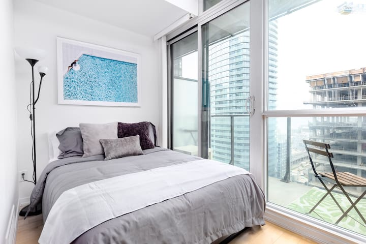 Cozy Suite by Scotiabank Arena w/ 2 Beds and View