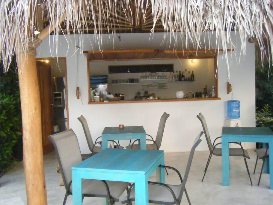 Le bar pour un petit déjeuner ou un apéritif devant la piscine