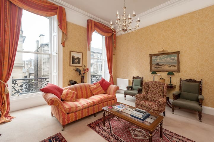 Large drawing room flat in fashionable West End