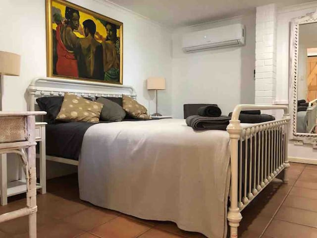 Large Main Bedroom with Queen Vintage Bed and airconditioned