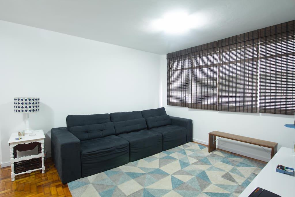 """Sala de Estar com Smart TV 50"""". Uso compartilhado com os Proprietários. This is the living room. Smart TV 50""""with cable TV (HD). Use with the owners."""