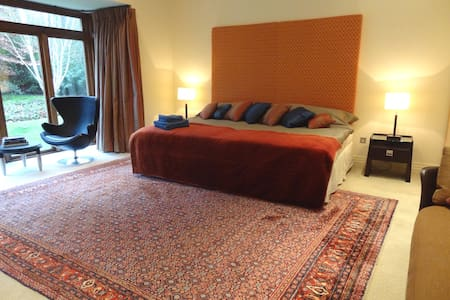 Luxury 5* large bedroom, own entrance, @ K Club - Straffan