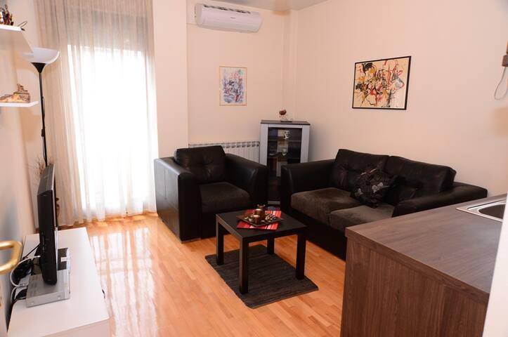 Square Apartment - Rojal 2