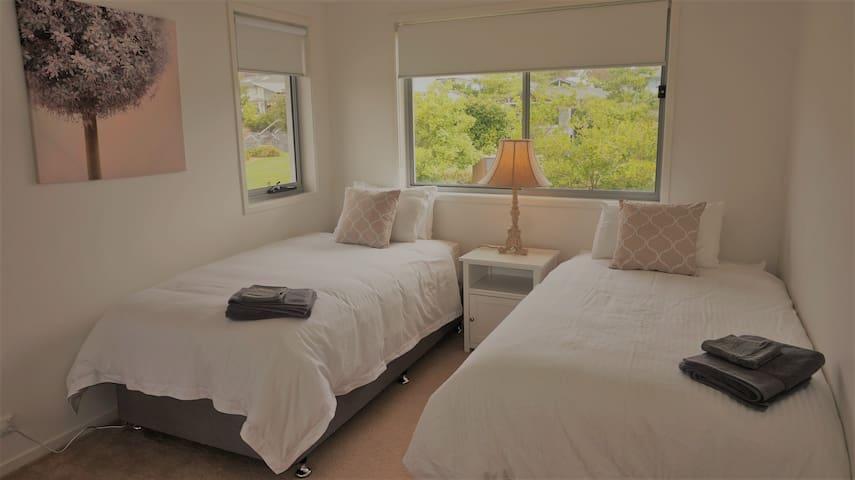 Bedroom 3 (2 x King Single)
