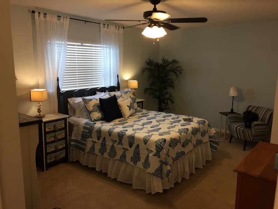 Ensuite masterbedroom, the most comfortable queen bed, walk in closet, sitting area